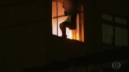 Mãe joga filha do 5º andar de prédio em SP, ateia fogo no apartamento e depois se atira pela janela