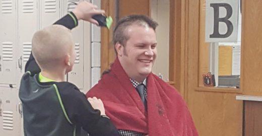 Diretor deixa aluno que sofreu bullying raspar sua cabeça