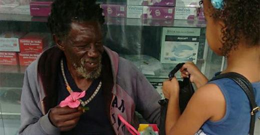 Garota aniversariante leva bolo para amigo em situação de rua