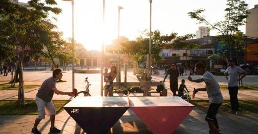 Mesas de pingue-pongue promovem interação em praças