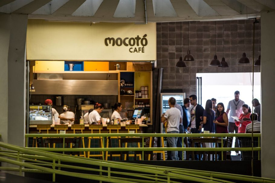 Funcionando de segunda à sábado, o Mocotó Café serve um minúsculo porém bem escolhido menu que incluem alguns dos pratos mais icônicos de Rodrigo Oliveira, como os famosos Baião de Dois e Dadinhos de Tapioca