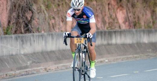 Ciclista acha conta com dinheiro, paga e avisa que sobrou troco