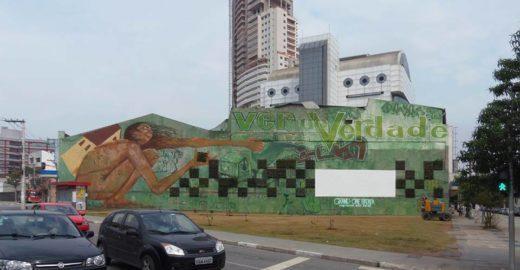 Área com entulho dá lugar a jardim vertical, tela para cinema e grafite