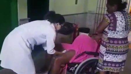 Mulher dá à luz em cadeira de rodas de hospital e médico é flagrado filmando