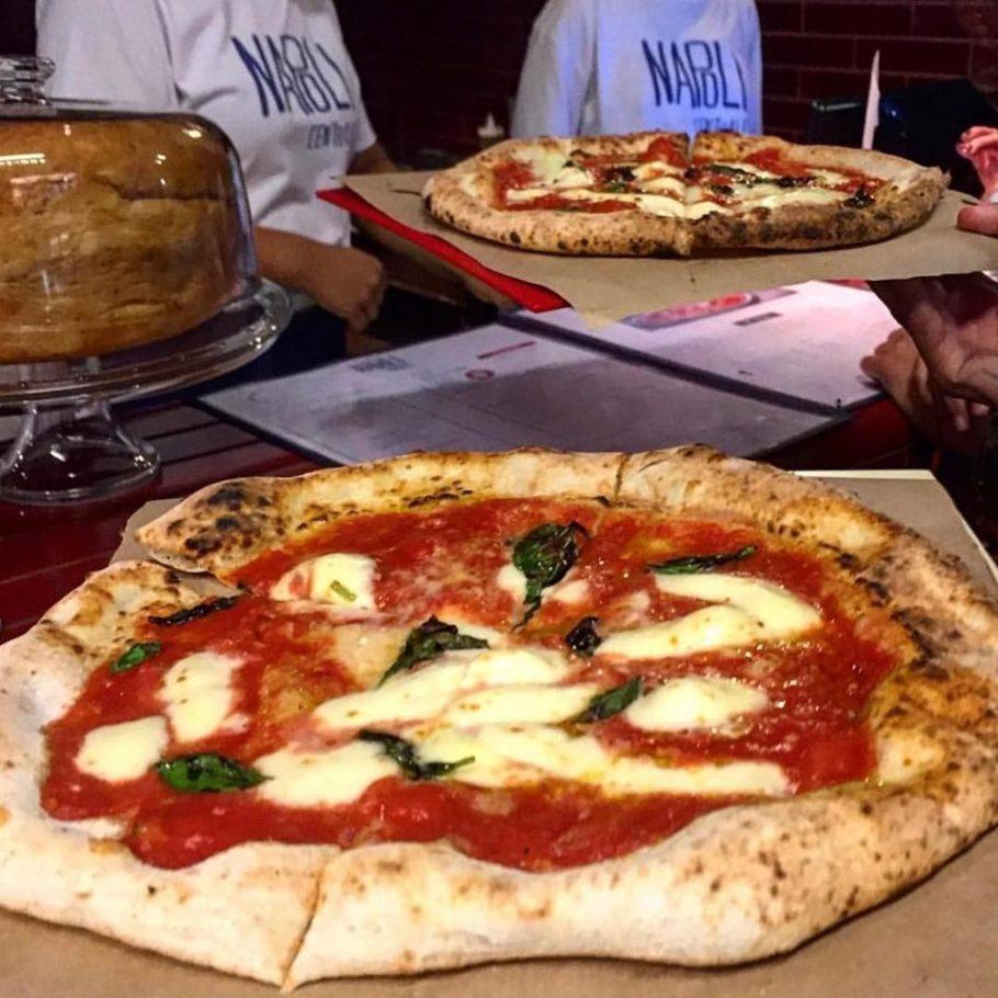 A especialidade desta pizzaria de clima informal são as redondas ao estilo napolitano. As pizzas de tamanho individual, como a marguerita (R$ 20), são servidas sobre papel pardo, para que os clientes comam com as mãos