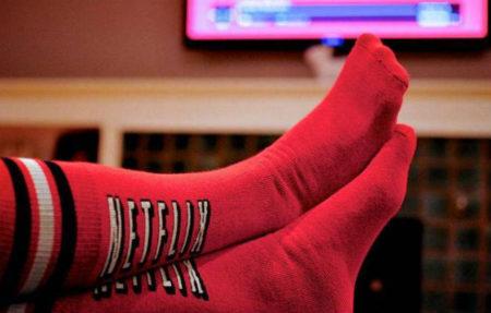 mulher com meia da netflix