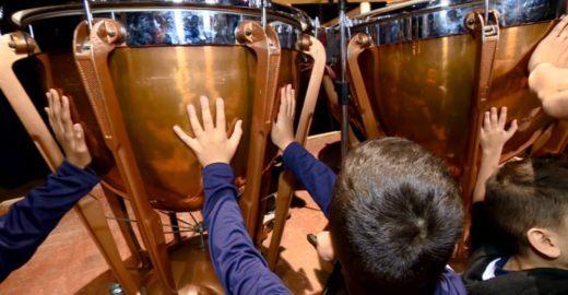 Crianças surdas se emocionam ao 'sentir' sons de orquestra