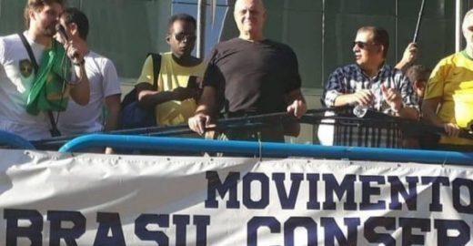 Dono do Bahamas vai ao protesto pró-Bolsonaro e é ovacionado
