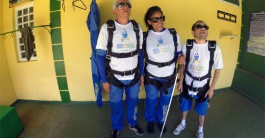 ONG leva portadores de deficiência a salto de paraquedas