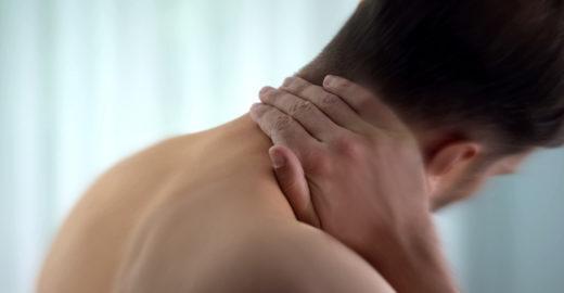 Homem sofre AVC após estalar o pescoço e romper artéria