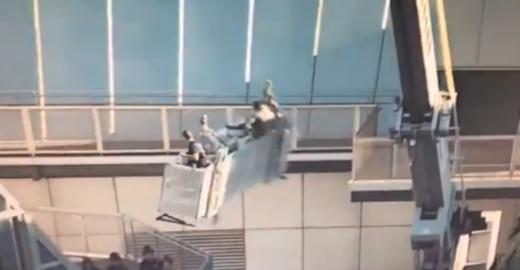 Plataforma suspensa a 227 metros com faxineiros perde o controle