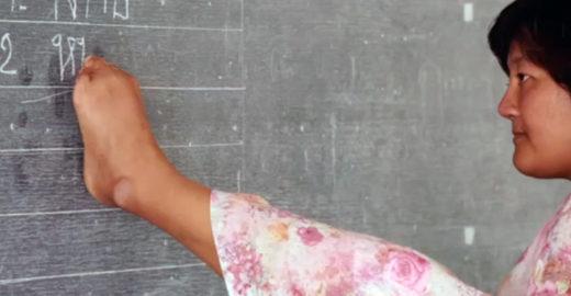 Mulher barrada em escola por não ter braços vira professora