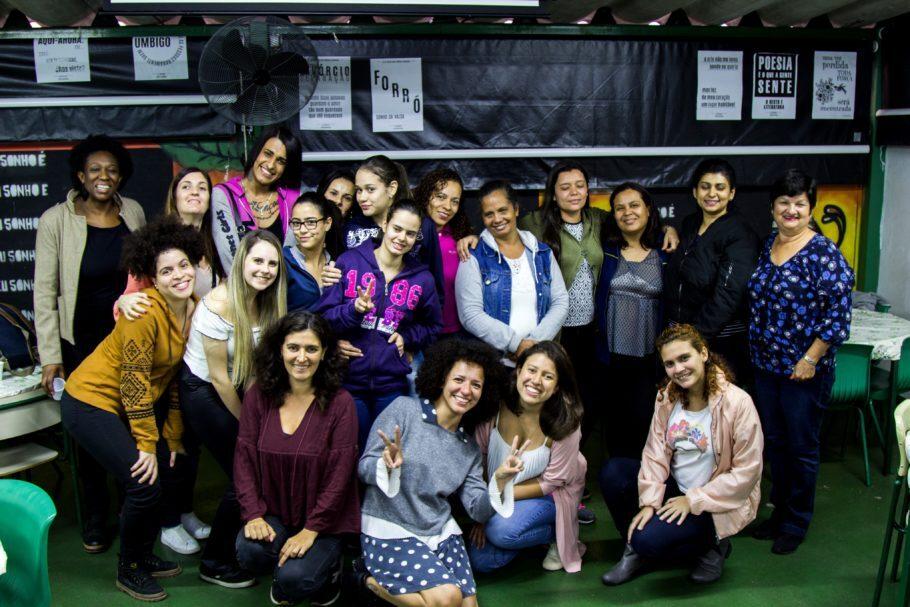 jovens que participaram de projeto de empoderamento de mulheres para causas sociais