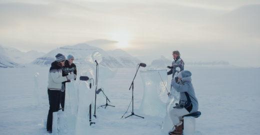 Concerto com instrumentos de gelo protesta por defesa dos oceanos
