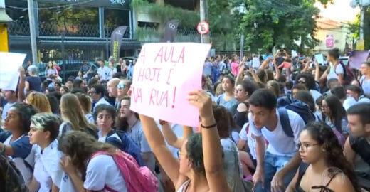 Estudantes e professores fazem ato contra Bolsonaro no Rio