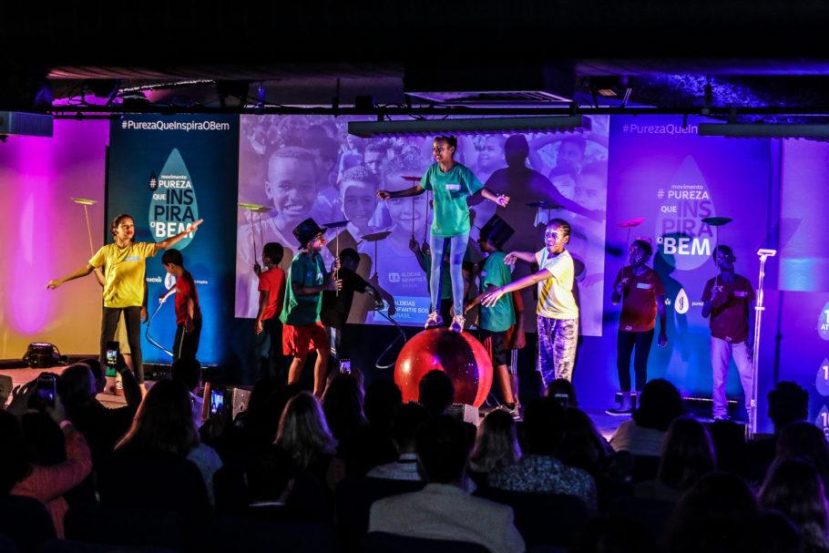 Performance de circo da ONG Aldeias Infantis SOS Brasil em evento de apresentação da campanha