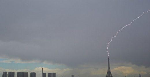 Fotógrafo clica Torre Eiffel sendo atingida por raio e viraliza