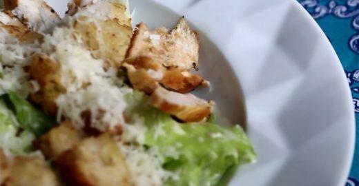Aprenda a fazer uma tradicional Salada Caesar