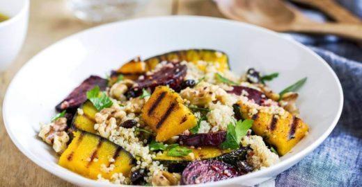 Salada de quinoa com abóbora assada para uma refeição leve