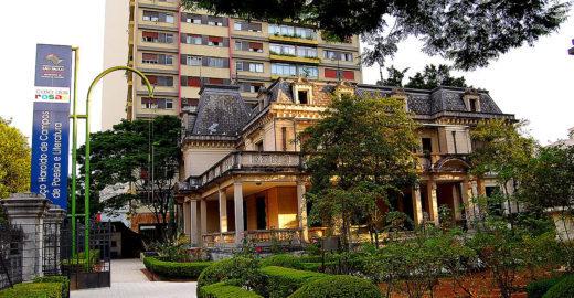 Casa das Rosas tem sessões de cinema gratuitas no jardim