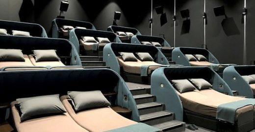 Cidade na Suíça lança sala de cinema só com camas de casal