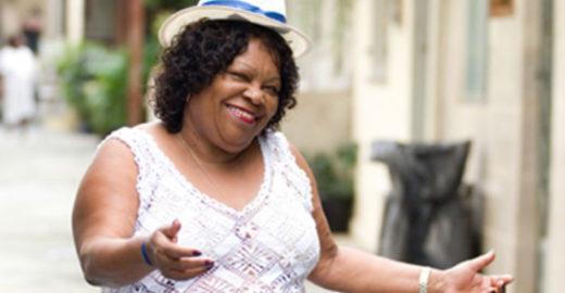 Tia Surica agita roda do Dia das Mães no Bar do Zeca Pagodinho
