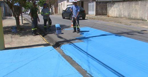 Cidade no interior de SP pinta ruas de azul para 'reduzir' calor