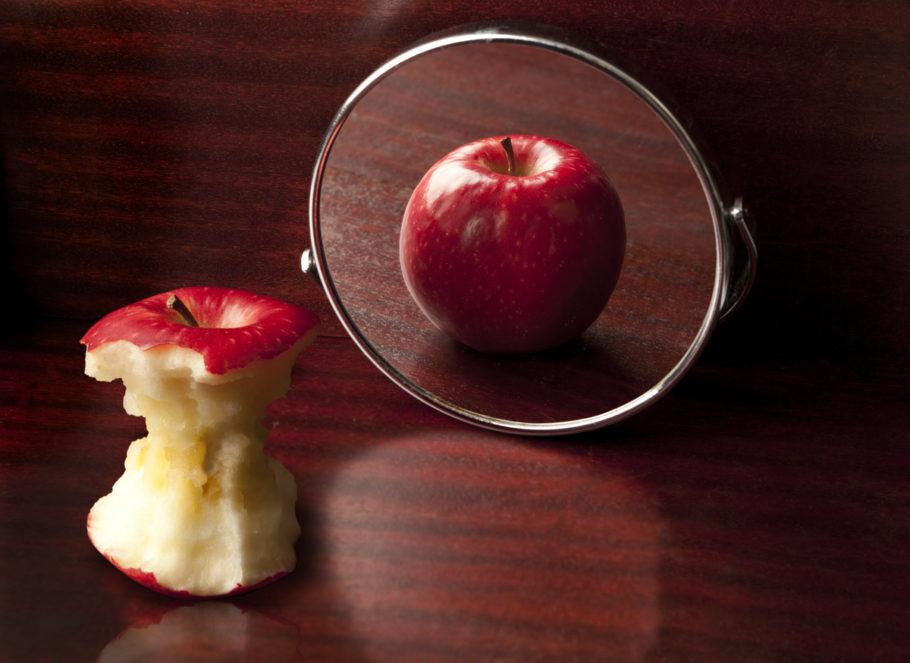 o reflexo de uma maçã no espelho