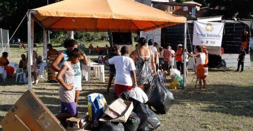 Projeto troca resíduos recicláveis por alimentos e livros