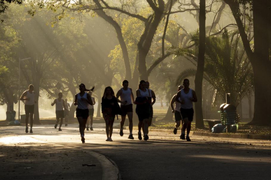 Pessoas andando e correndo no Parque Ibirapuera