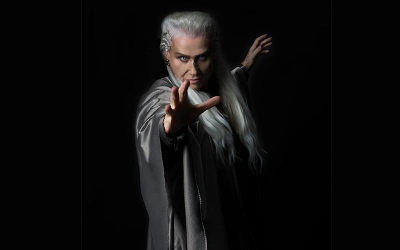Vera Holtz interpreta o mago Merlin (virtualmente) no espetáculo