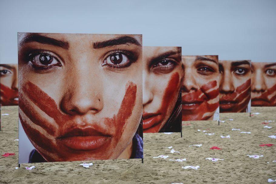 intervenção na praia contra a violencia de genero