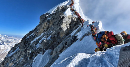 Excesso de alpinistas causa congestionamento e mortes no Everest