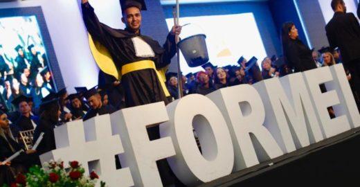 Jovem recebe diploma de jornalismo com balde e vassoura na mão