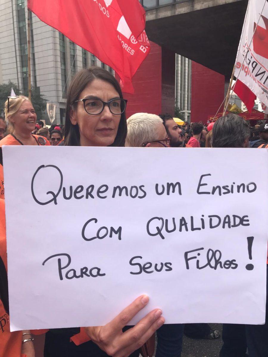 Alunos e professores protestam na Av. Paulista.