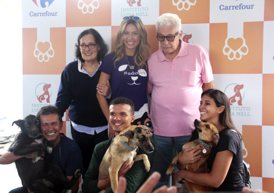 Público fez festa com a adoção conjunta de três cadelas sem raça definida