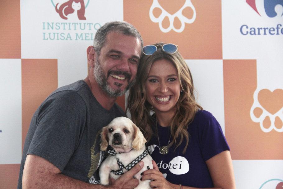 Luisa Mell com adotante e cachorrinho