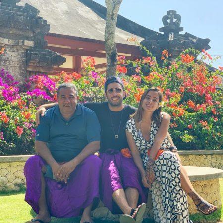 Pedro Scooby posa com Anitta e… sogrão?!