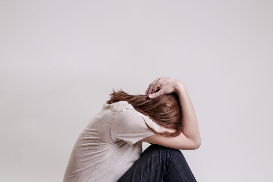 mulher com a cabeça baixa