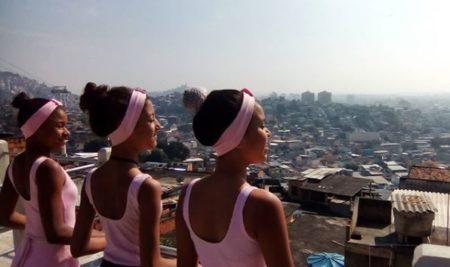 Cenas do documentário Balé & Balas: Dançando pra Fora da Favela, que arrecadou doações para a construção do centro comunitário – Instagram/reprodução