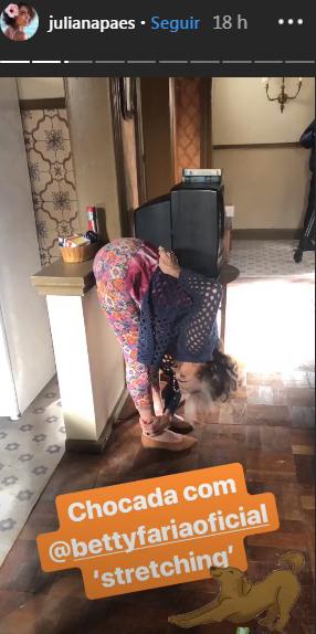 Betty Faria exibindo a elasticidade nos bastidores de novela
