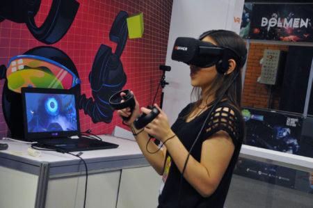 menina jogando com VR no BIG Festival Brazil's Independent Games Festival