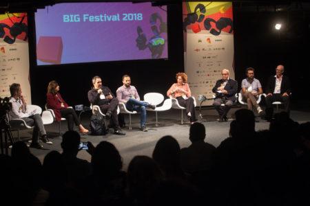 palestras acontecem no big festival menina jogando com VR no BIG Festival Brazil's Independent Games Festival