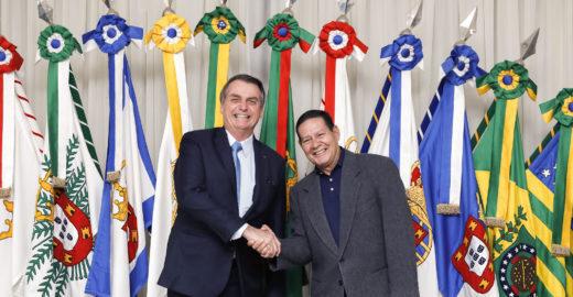 Carlos Bolsonaro rebate Mourão e pede a volta do pai
