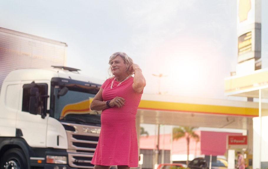 No filme, a caminhoneira trans conta sobre como assumiu a direção da própria identidade