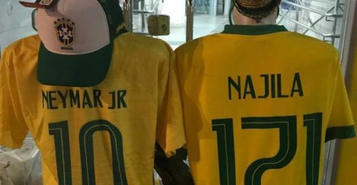 Camelô vende camisa da seleção com nome de Najila e número 171