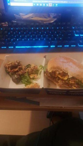 Cliente posta foto de caramujo encontrado dentro de sanduíche
