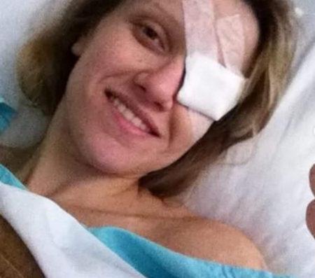 mulher com tampão no olho