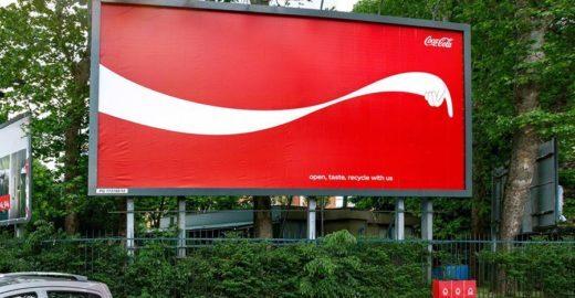 Símbolo da Coca-Cola indica coletores de latas para reciclagem