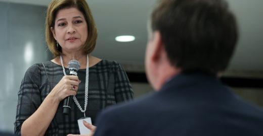 Jornalista da Globo dá Bíblia a Bolsonaro após café da manhã